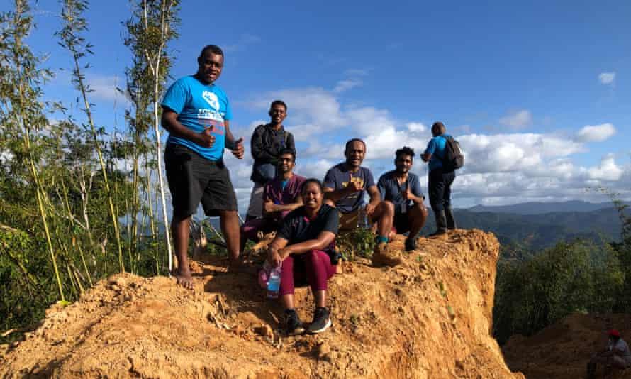 Le Dr Tabakei et certains de ses collègues en randonnée