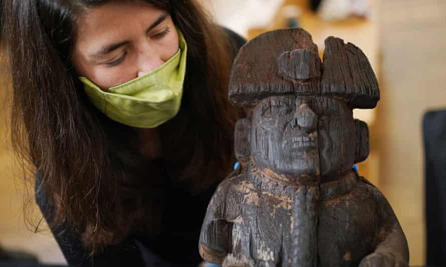 La responsable de la collection Ana Carreira Galban a une figurine en bois représentant un prisonnier attaché avec une laisse et une corde autour du cou, de la famille Moche, allant de 100 à 800 AD.