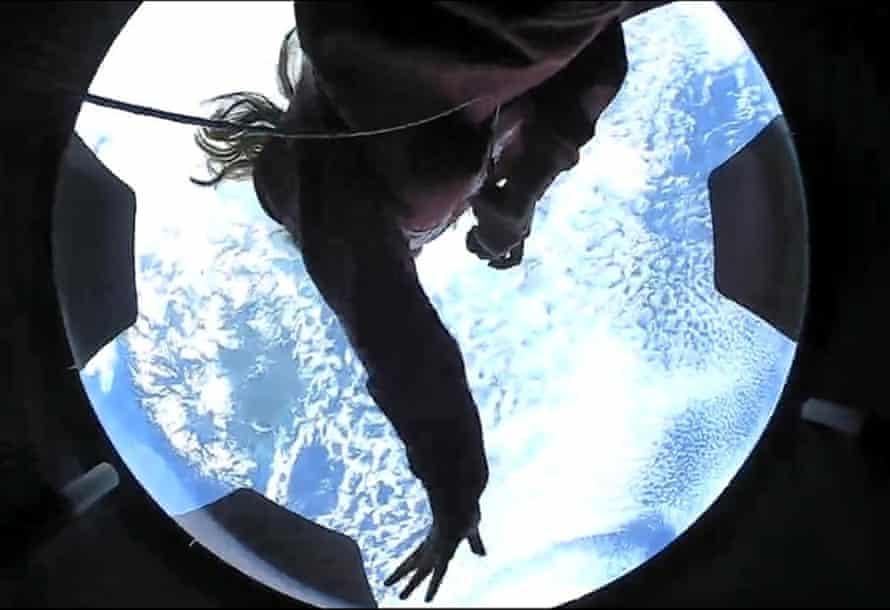 Un membre de l'équipage d'Inspiration4 est apparu lors de son premier jour dans l'espace.