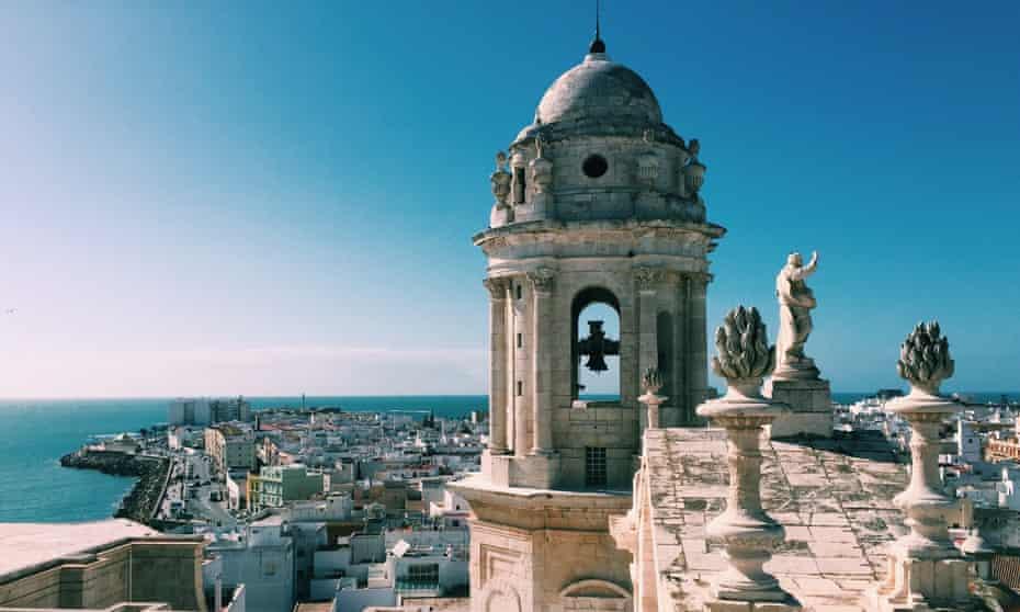 Vue aérienne de Cadix et de la tour de la cathédrale de Cadix à Cadix Andalousie, Espagne en été.