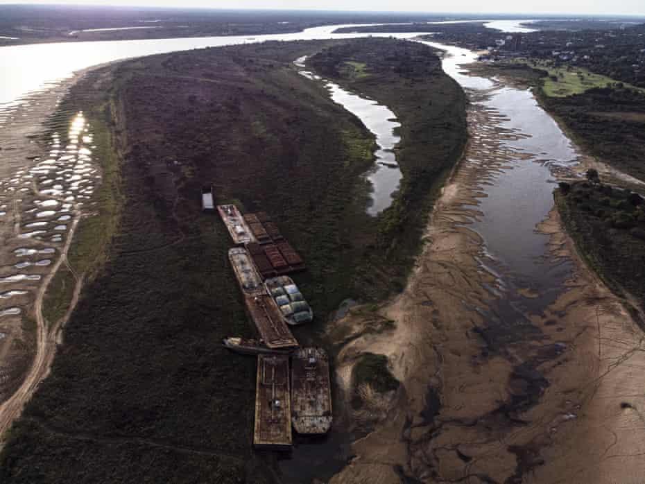 Des barges ont été localisées près d'un des bras asséchés d'une rivière du Paraguay, à Lambare, au Paraguay, le 14 septembre.