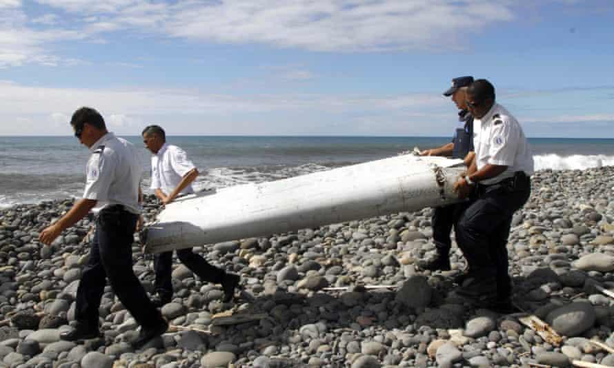 Des fonctionnaires transportent des débris à Saint-André de la Réunion, à l'est de l'île de La Réunion, en France en 2015.
