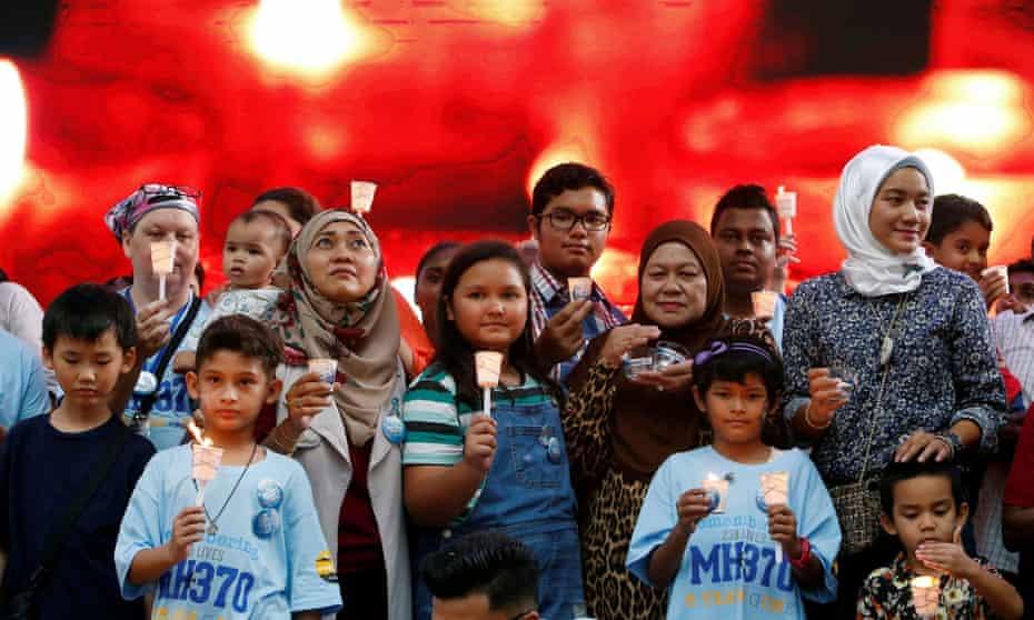 Des membres de la famille lors d'un événement commémoratif pour le vol MH370 de Malaysia Airlines disparu à Kuala Lumpur, en Malaisie, en 2019.