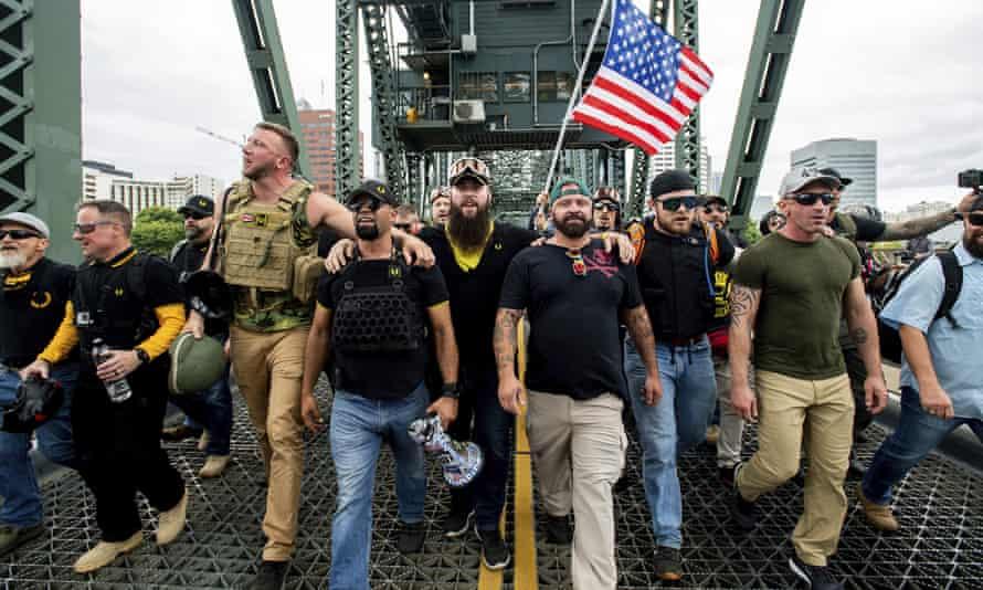Des membres des Proud Boys et d'autres exposants de droits défilent à Portland, dans l'Oregon, en août 2019