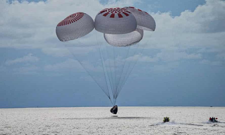 Sur cette image fournie par SpaceX, une capsule transportant quatre parachutes dans l'océan Atlantique le 18 septembre.