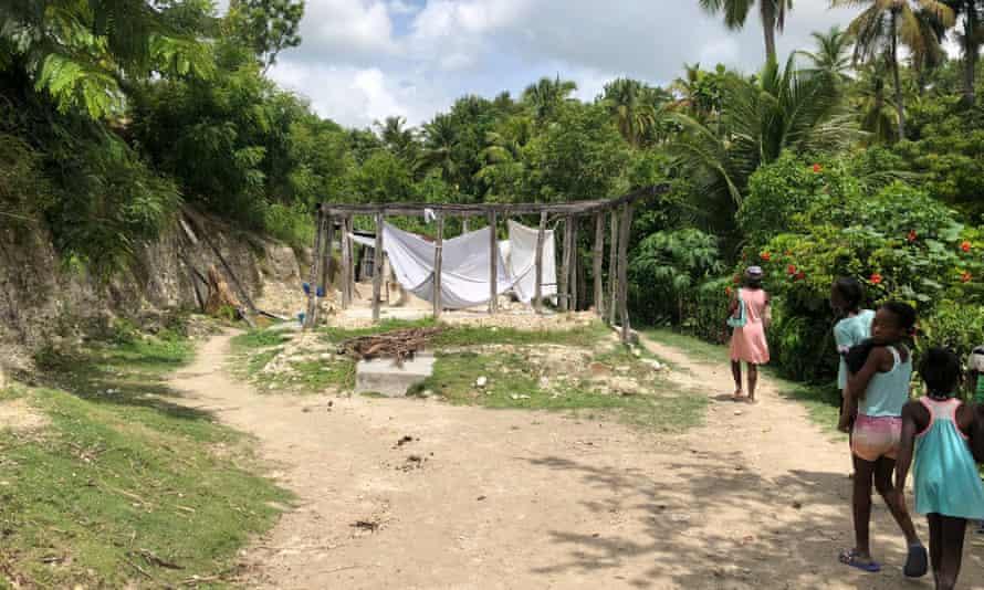 Cadre de maison détruit par le tremblement de terre à Tricon