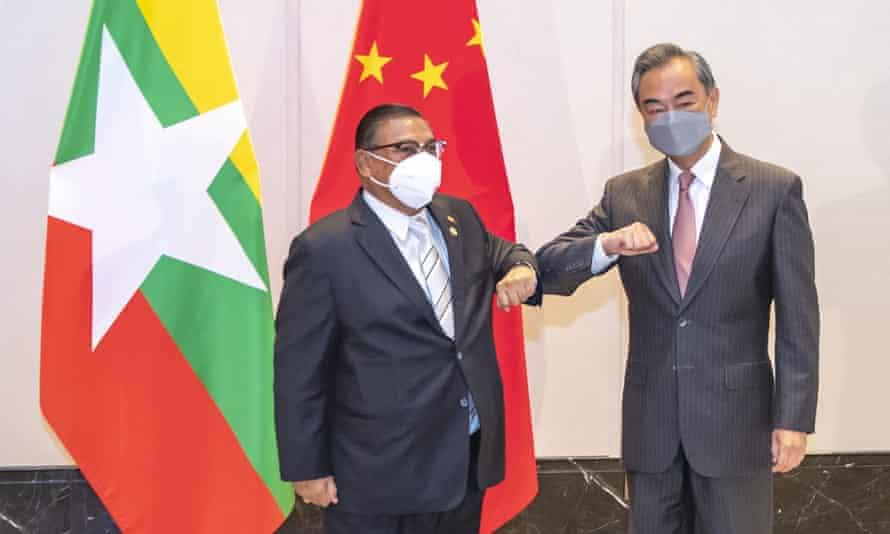 Wang Yi, ministre chinois des Affaires étrangères, affronte la ministre birmane des Affaires étrangères U Wunna Maung Lwin lors de l'une des réunions commémorant le 30e anniversaire des relations formelles entre la Chine et l'ASEAN le 8 juin 2021.