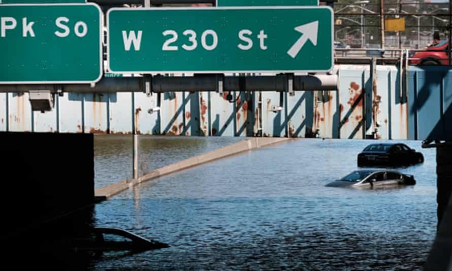 Des voitures abandonnées se trouvent jeudi sur une autoroute sous-marine dans le quartier du Bronx à New York.