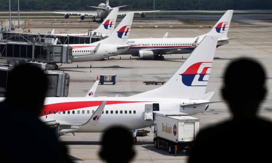 Avion de Malaysia Airlines vu depuis une galerie d'observation à l'aéroport international de Kuala Lumpur.