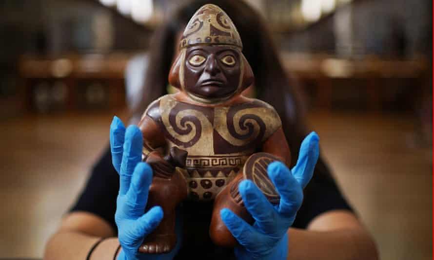 Des Moche, 100-600 après JC, un vaisseau de poterie peint par des guerriers avait une massue et un bouclier.