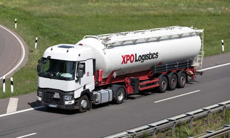 Camion logistique XPO avec remorque silo sur autoroute