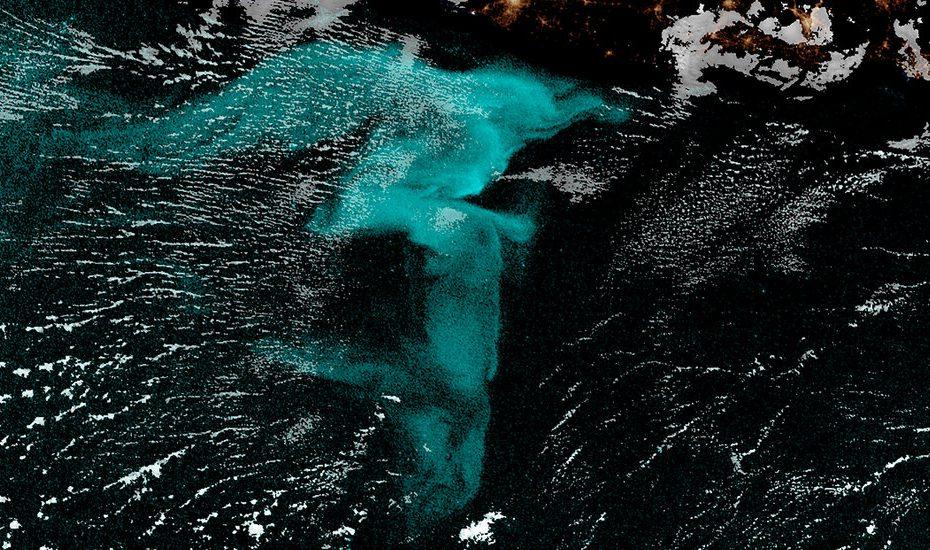 Spot satellite Aglow Ocean avec des milliards de produits organiques